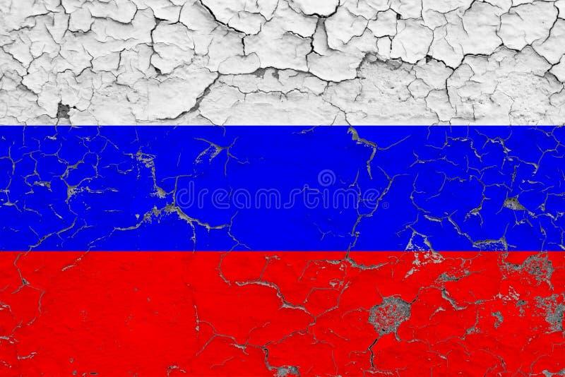 Vlag van Rusland die op gebarsten vuile muur wordt geschilderd Nationaal patroon op uitstekende stijloppervlakte royalty-vrije illustratie
