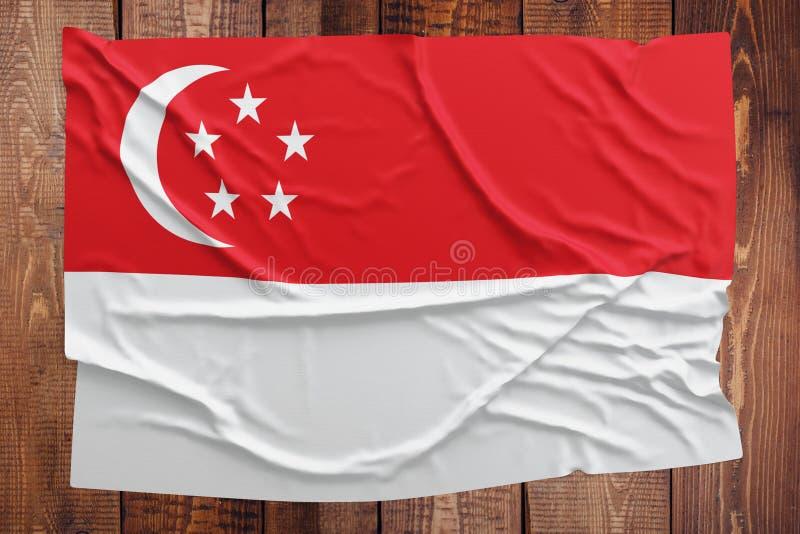 Vlag van Singapore op een houten lijstachtergrond Gerimpelde Singaporean vlag hoogste mening royalty-vrije stock afbeelding