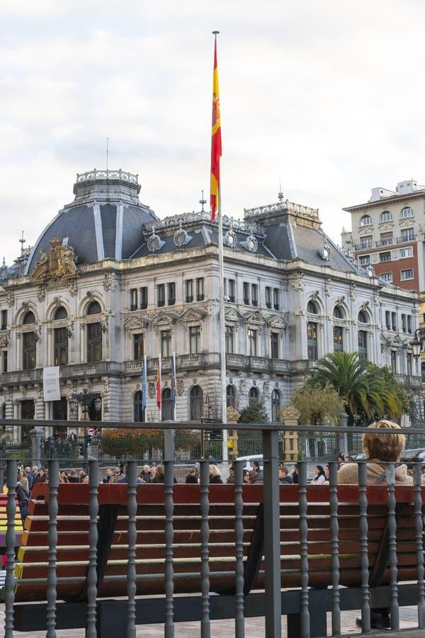 Vlag van Spanje op de vlaggenstok op straat tegen de achtergrond van een historisch gebouw, opgericht op de Dag van de Grondwet royalty-vrije stock afbeelding