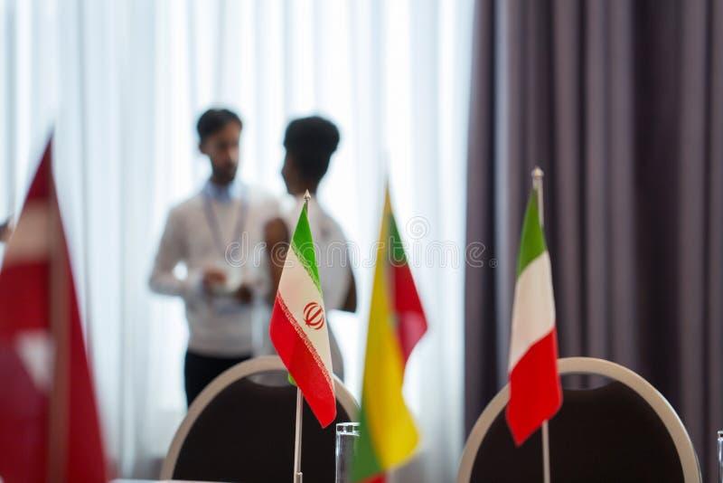 Vlaggen in bestuurskamer op internationale conferentie stock afbeelding