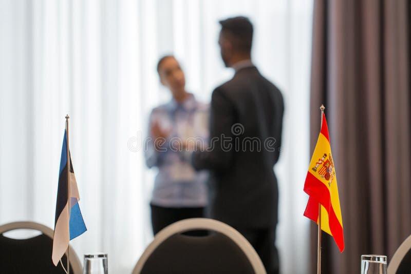 Vlaggen in bestuurskamer op internationale conferentie royalty-vrije stock foto