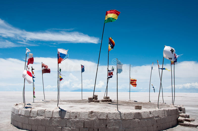 Vlaggen bij het zoute hotel, Uyuni (Bolivië) stock foto