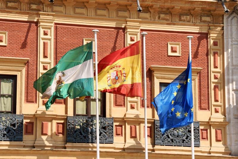 Vlaggen bij Paleis van San Telmo, Sevilla stock afbeeldingen