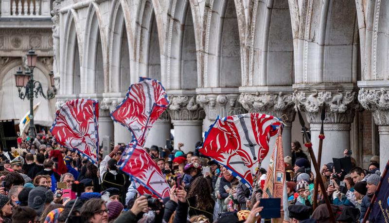 Vlaggen die in de lucht bij St Teken` s Vierkant tijdens de ceremonie van Festa worden geworpen delle Maria Venetië Carnaval, Ita stock foto