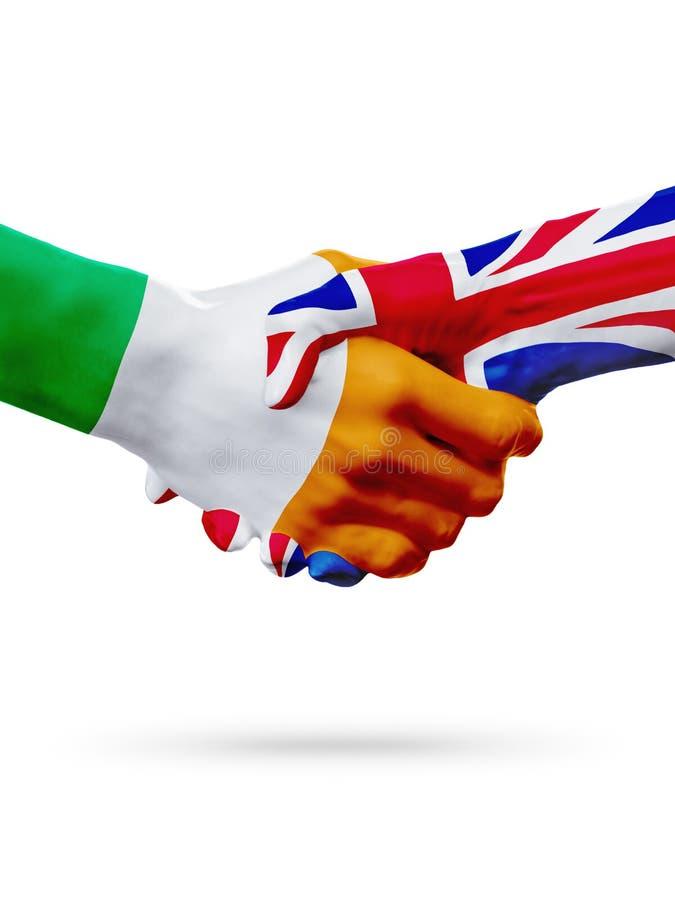 Vlaggen Ierland, de landen van het Verenigd Koninkrijk, de handdrukconcept van de vennootschapvriendschap stock fotografie