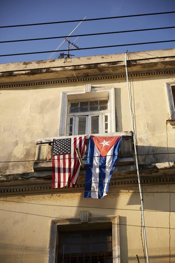 Vlaggen op balkon van huis in Cuba stock foto's