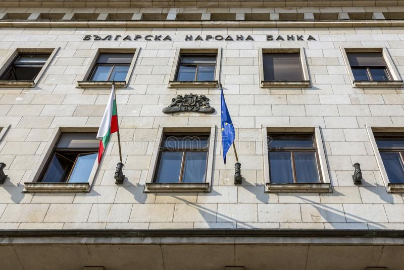Vlaggen op de voorgevel van de Bulgaarse National Bank-bouw stock foto