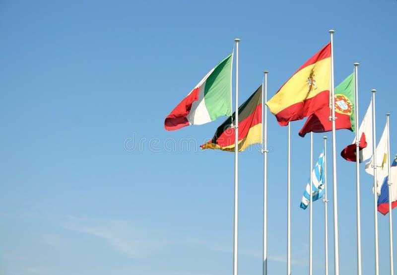 Vlaggen op een blauwe hemel royalty-vrije stock fotografie