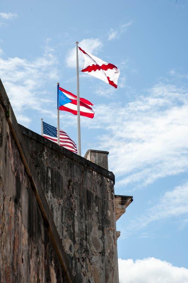 Vlaggen op Fortmuur stock foto's