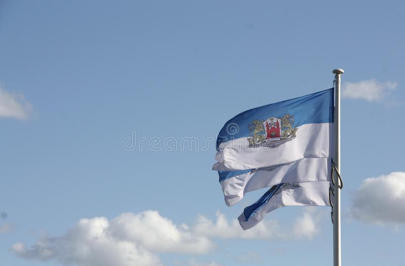 Vlaggen ter ere van de dag van de stad in de hoofdstad van Letland Riga stock foto