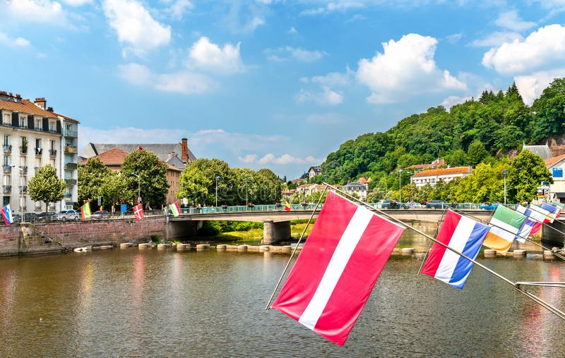 Vlaggen van de de EU-landen bij de Rivier van Moezel in Epinal, Frankrijk stock foto