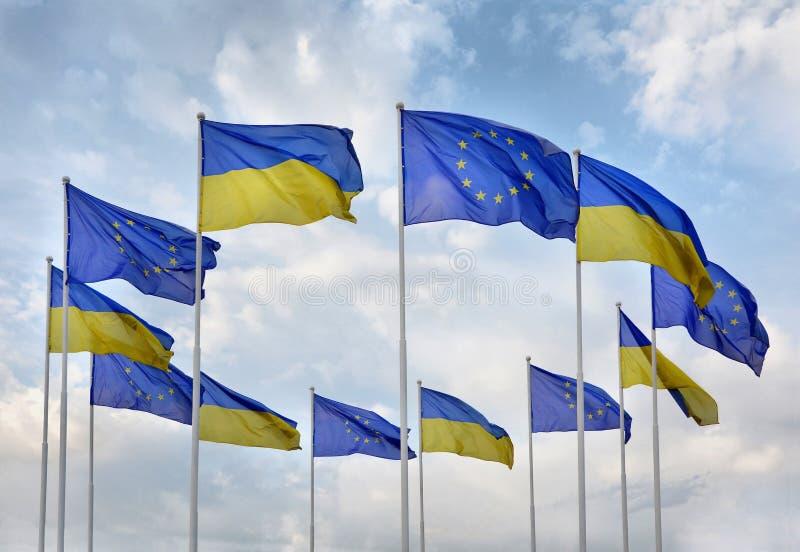 Vlaggen van de Europese Unie van de Oekraïne en de EU tegen de blauwe hemel royalty-vrije stock foto's