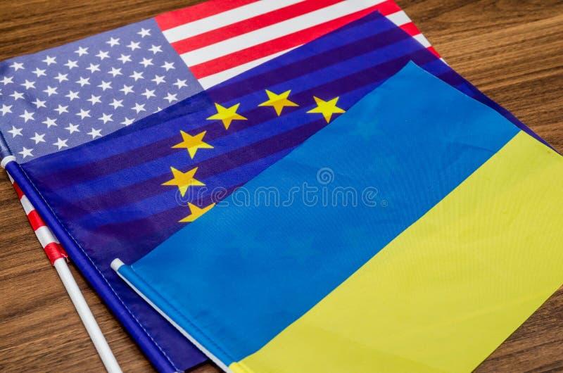 Vlaggen van de V.S., Europa en de Oekraïne stock afbeelding