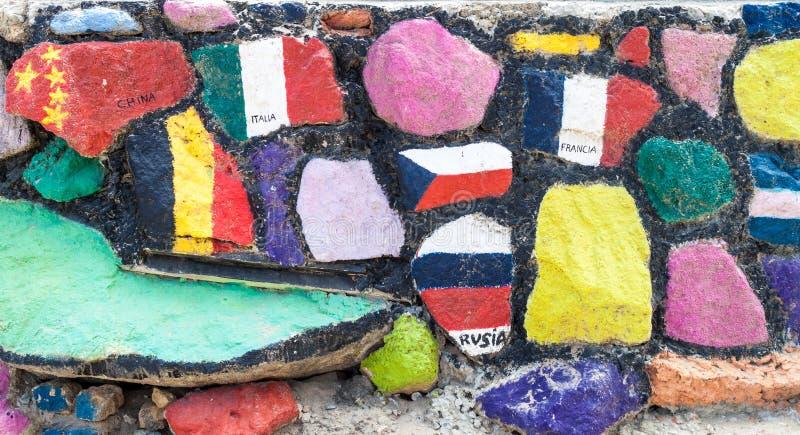Vlaggen van diverse die landen op een muur in Montanita, Ecuad worden geschilderd royalty-vrije stock afbeeldingen