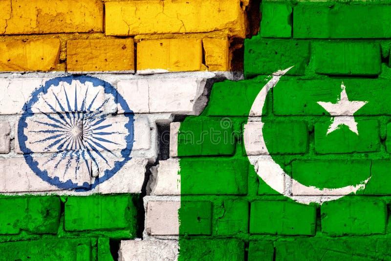 Vlaggen van India en Pakistan op de bakstenen muur met grote barst in het midden Symbool van problemen tussen landen royalty-vrije illustratie