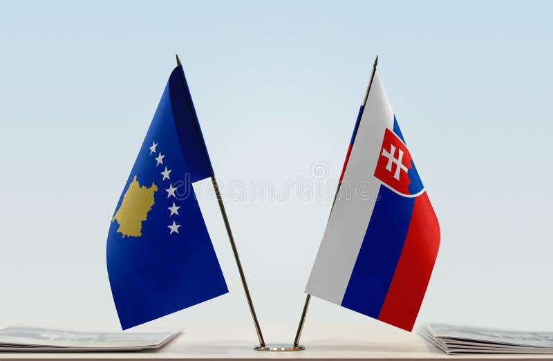Vlaggen van Kosovo en Slowakije royalty-vrije stock afbeeldingen