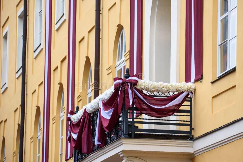 Vlaggen van Letland, op balkon worden gehangen dat De president van IJsland Gudni Jouhannesson komt aan Officieel Bezoek in Letla royalty-vrije stock foto