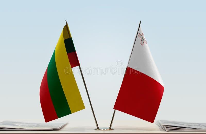 Vlaggen van Litouwen en Malta stock fotografie