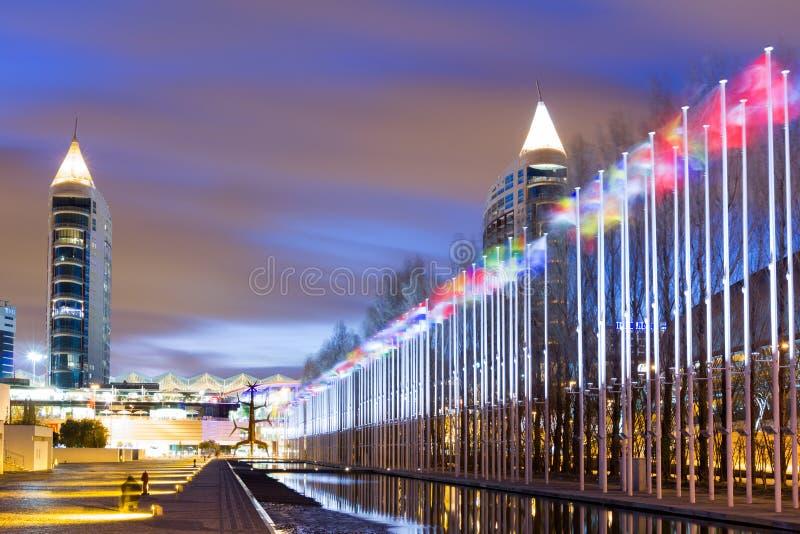 Vlaggen van naties in moderne arquitecture van Lissabon stock foto's