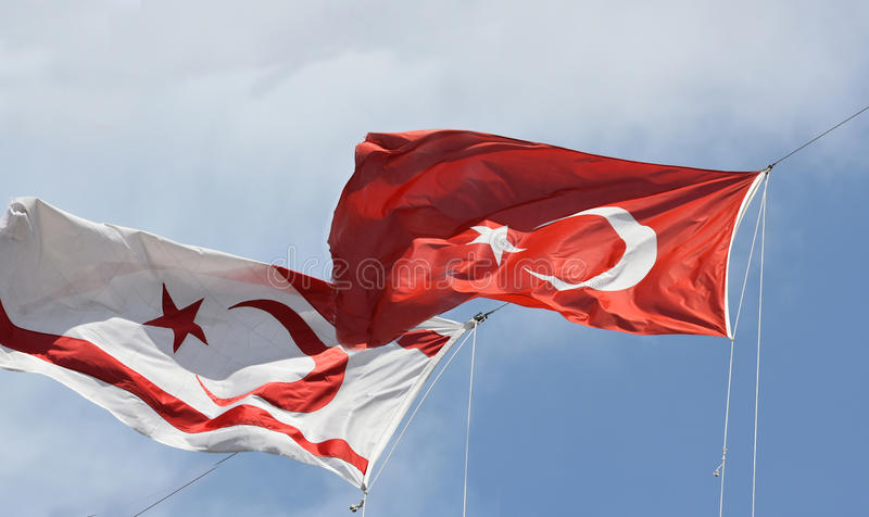 Vlaggen van Noord-Cyprus en Turkije stock foto