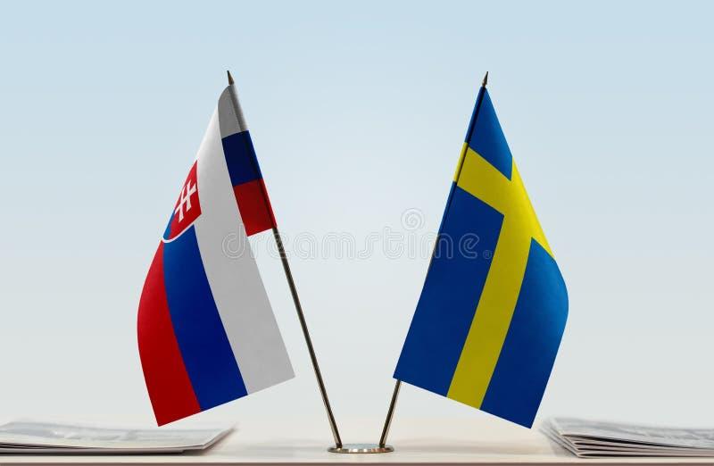 Vlaggen van Slowakije en Zweden stock foto