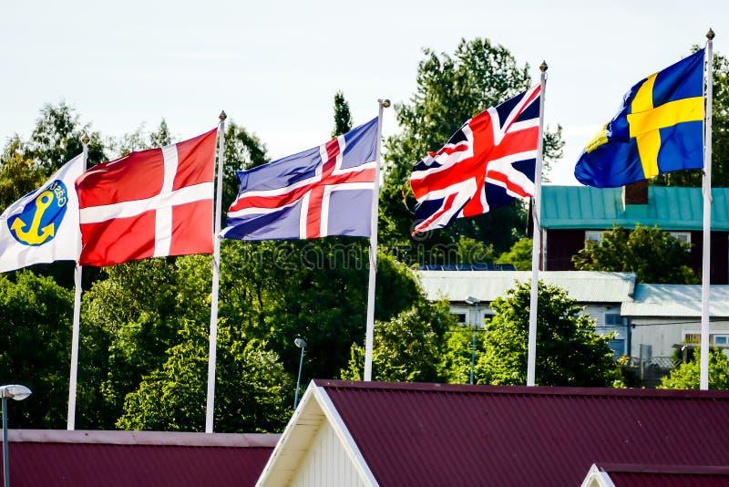 vlaggen van verschillende landen op een achtergrond van blauwe hemel, in van Noord- Zweden Scandinavië Europa royalty-vrije stock foto