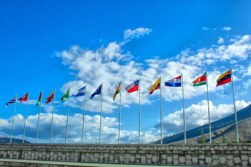 Vlaggen van Zuid-Amerika, Andesgemeenschap, op de achtergrond de hemel royalty-vrije stock foto's