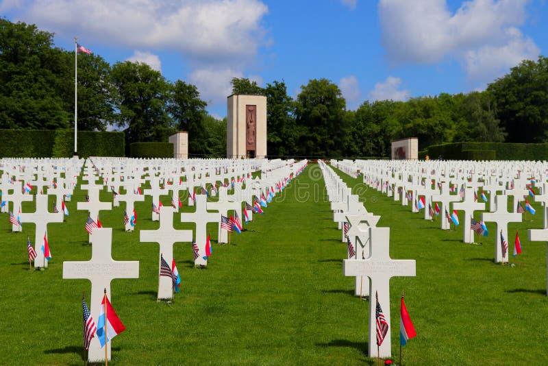 Vlaggen voor een vakantie op graven bij het de Amerikaanse Begraafplaats en Gedenkteken van Luxemburg royalty-vrije stock afbeeldingen
