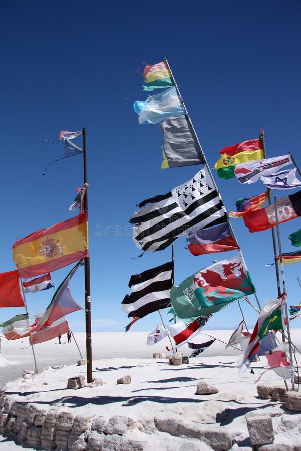 Vlaggen in woestijn van Salar de Uyuni royalty-vrije stock fotografie