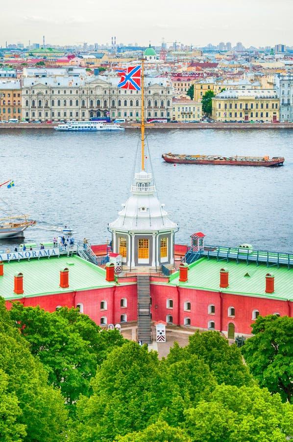 Vlagtoren van Peter en van Paul Fortress en van het water gebied van de Neva-rivier, stadslandschap van St. Petersburg Rusland stock fotografie