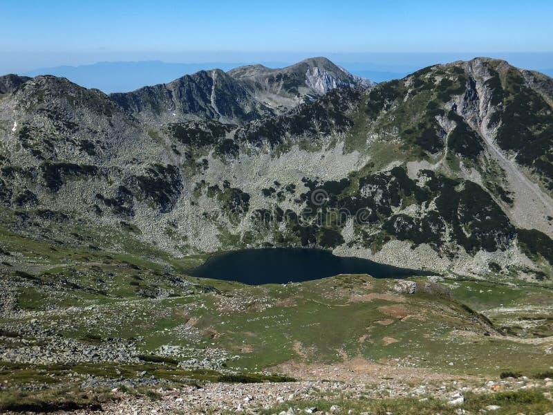 Vlahini湖惊人的风景在Vihren峰顶, Pirin山附近的 免版税库存照片