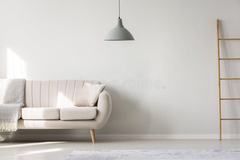 Vlak binnenlands met beige sofa royalty-vrije illustratie