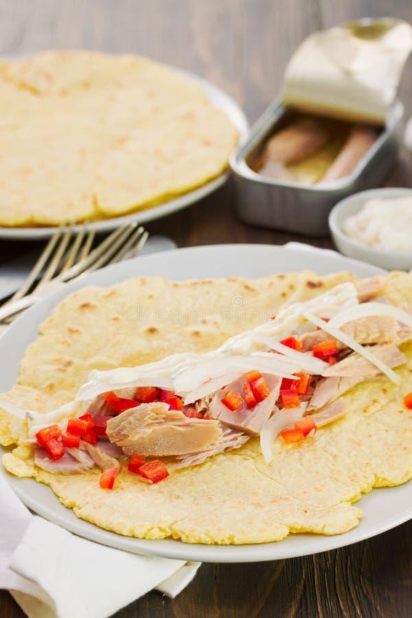 Vlak brood met groenten en vissen royalty-vrije stock afbeelding