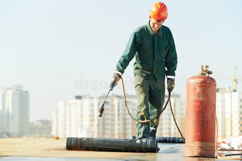 Vlak dak dat de gevoelde reparatiewerken behandelt met dakwerk stock afbeelding