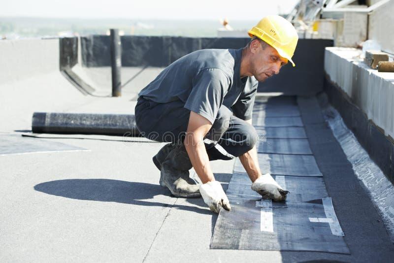 Vlak dak dat de gevoelde werken behandelt met dakwerk