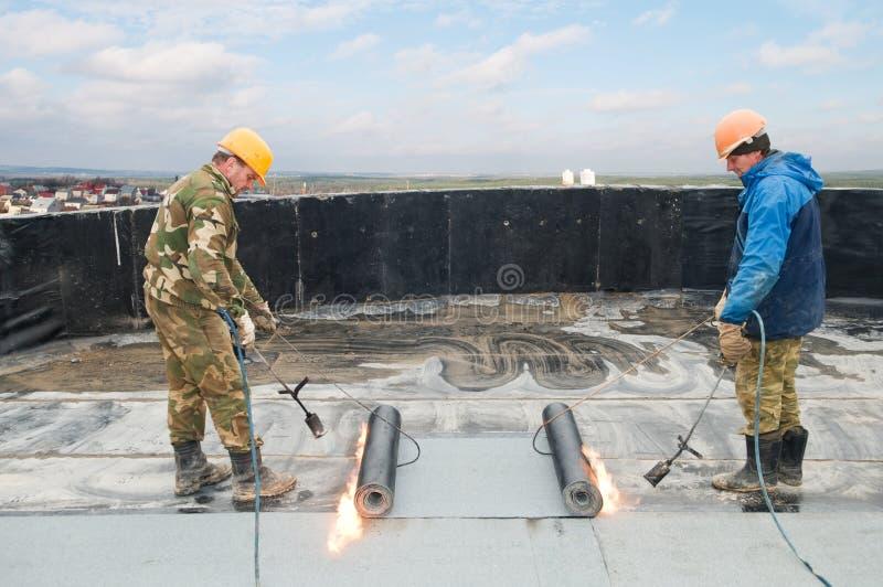 Vlak dak dat de werken behandelt stock foto's