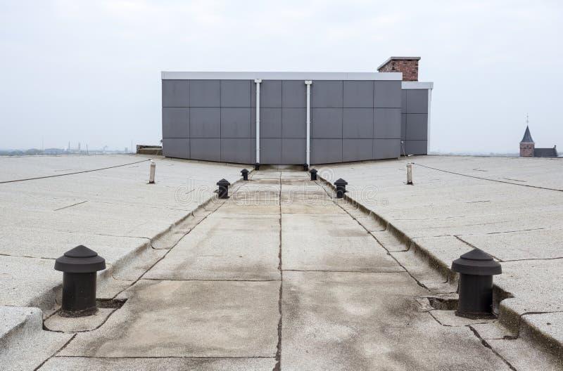 Vlak dak met dakwerk royalty-vrije stock afbeeldingen