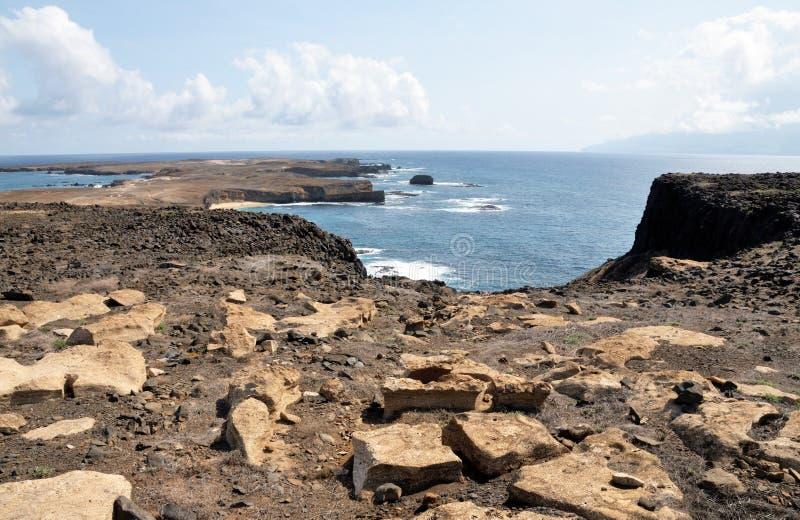 Vlak eilandjelandschap onder de wolken stock afbeeldingen