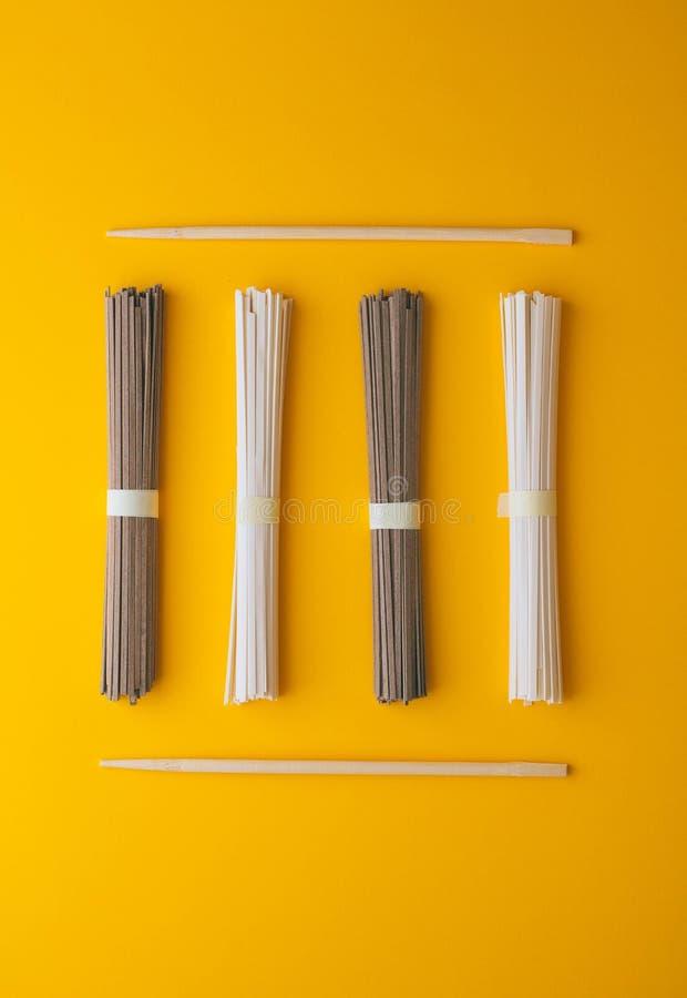 Vlak leg, Aziatische sobanoedels en udon en eetstokjes stock foto's