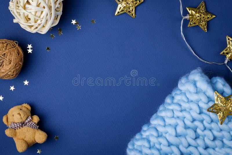 Vlak leg babydecor op blauwe achtergrond stock afbeeldingen