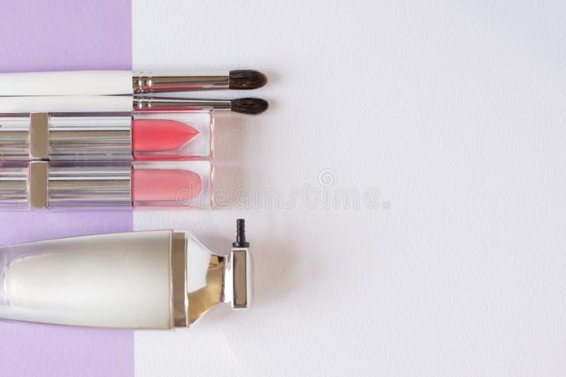 Vlak leg beeld van schoonheidsschoonheidsmiddelen maken omhoog met lippenstiften, borstel, camouflagestift, Hoogste mening met ex stock afbeelding