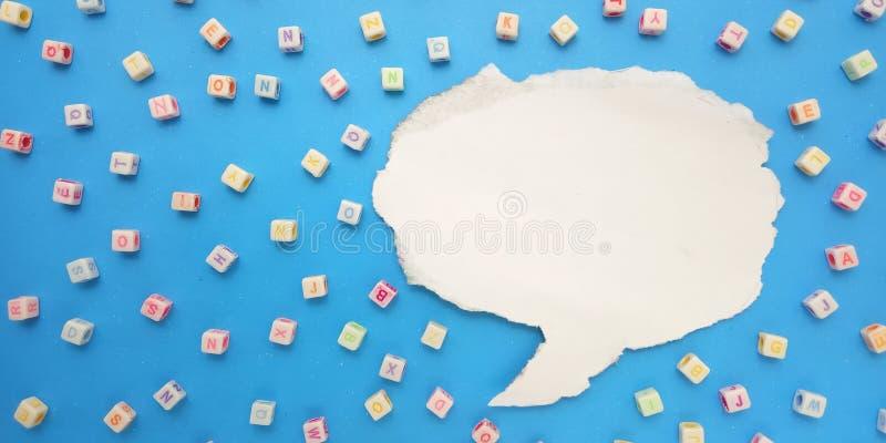 Vlak leg, Blauwe Achtergrond en Ontwerp van het de Parelelement van de Alfabet het Plastic Kubus en Bellenpraatje voor bericht, c royalty-vrije stock afbeeldingen