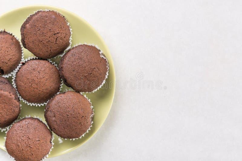 Vlak leg boven de cakes van de chocoladekop op de witte marmeren achtergrond met exemplaarruimte royalty-vrije stock afbeelding