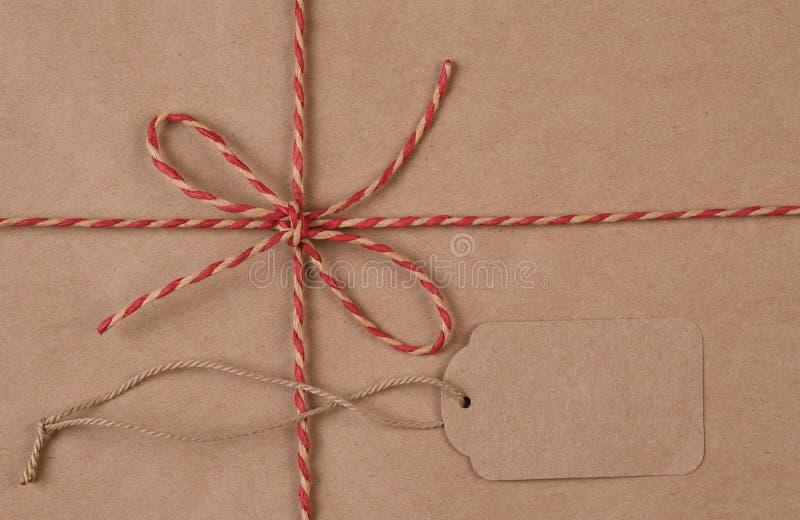 Vlak leg Bruin verschepend die pakket met streng en markering voor exemplaar wordt gebonden stock foto