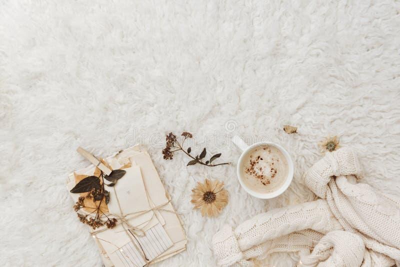 Vlak leg comfortabele achtergrond met kop van koffie, royalty-vrije stock afbeeldingen