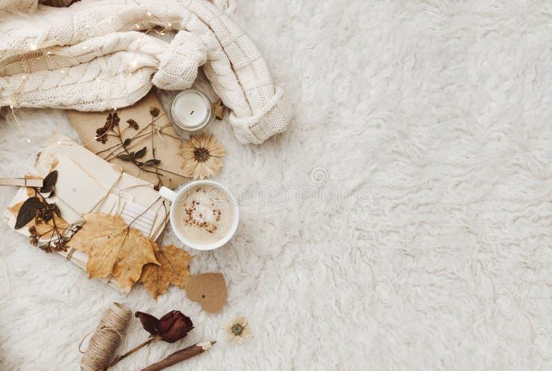 Vlak leg comfortabele achtergrond met kop van koffie, warme sweater royalty-vrije stock fotografie