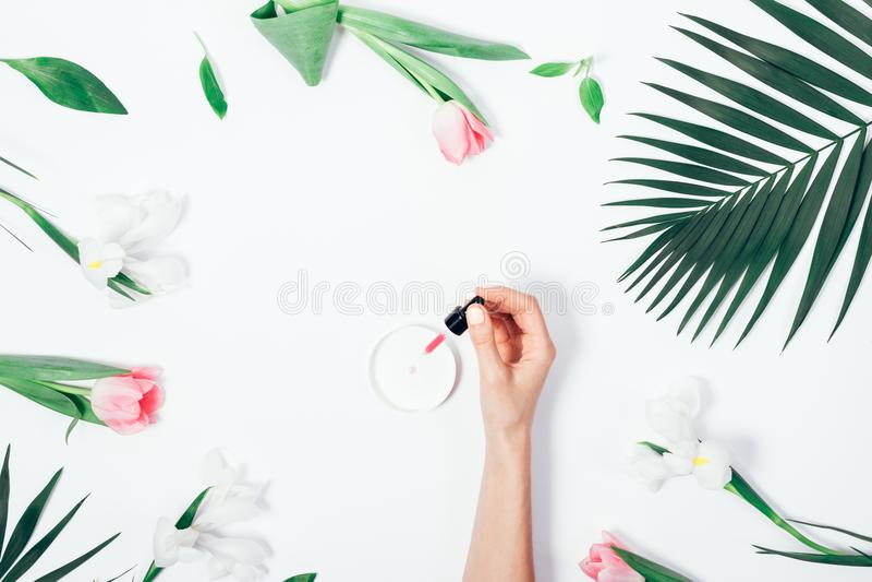 Vlak leg de hand die van de vrouw kosmetische vloeistof druipen royalty-vrije stock afbeelding