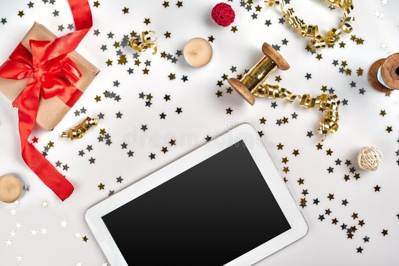Vlak leg, de Hoogste samenstelling van meningskerstmis op witte achtergrond Digitale tablet, giftdoos met rode stoffenband, spira royalty-vrije stock afbeeldingen