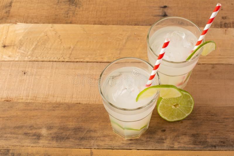 Vlak leg De zomer koele drank, limonade met kalk en ijs, twee glazen met ruimte, de zomerstemming, verfrissende drank, versheid royalty-vrije stock afbeelding