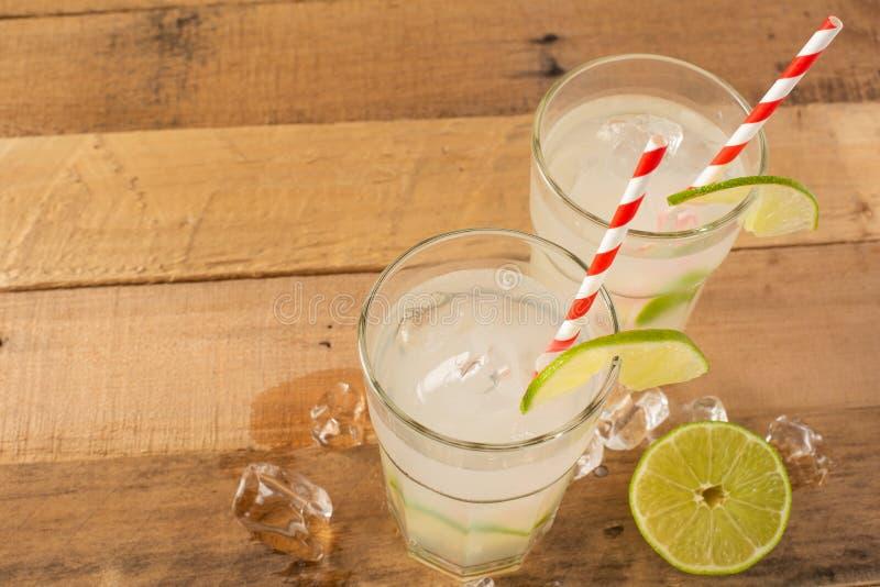 Vlak leg De zomer koele drank, limonade met kalk en ijs, twee glazen met ruimte, de zomerstemming, verfrissende drank, versheid stock afbeelding